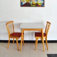 Table formica et deux chaises vintage