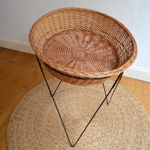 panier corbeille sur pieds en rotin ann es 50 vintage. Black Bedroom Furniture Sets. Home Design Ideas