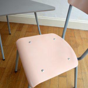 1 table tripode et 2 chaises enfant vintage 20