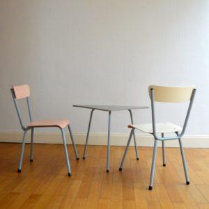 1 table tripode et 2 chaises enfant vintage 27